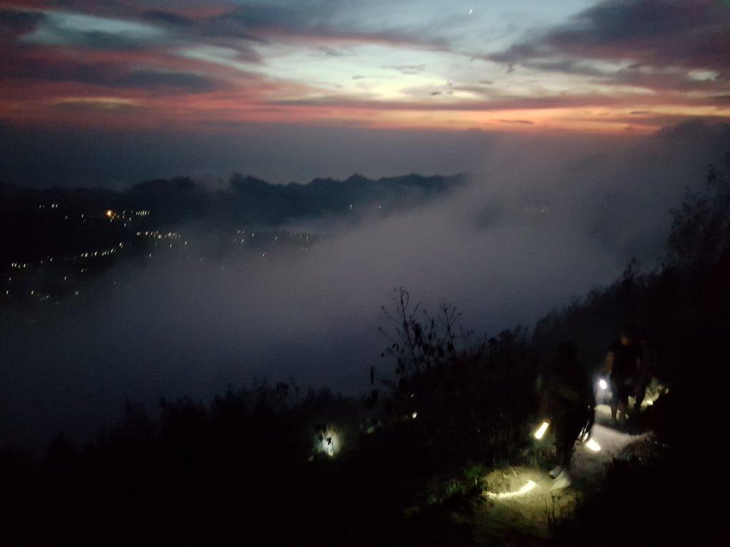 Trekking na wulkan Batur i światła nocnych latarek