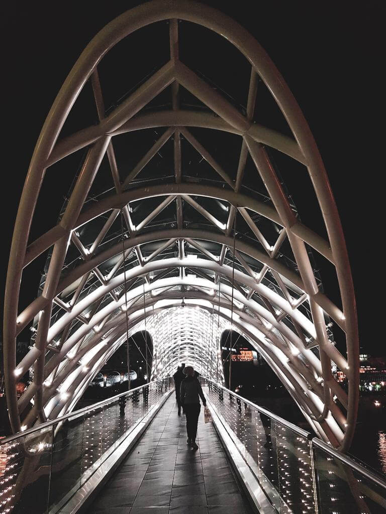 Most Pokoju w Tbilisi nocą.