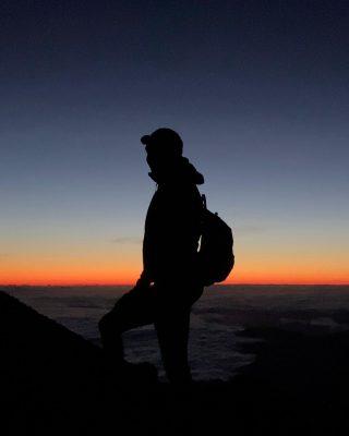 Tak, to NAJPIĘKNIEJSZY wschód słońca jaki oglądałam w moim życiu i jak do tej pory obserwowany z najwyższego szczytu na jaki udało mi się wdrapać ☺️🙃 #teidevolcano 3715 m.n.p.m. ☺️🙏 . Łatwo nie było - intensywne podejście w ciemnościach, nie przespana noc, oznaki choroby wysokościowej... . Czy zrobiłabym to raz jeszcze? OCZYWIŚCIE, choćby dziś ☺️ Dla tej właśnie chwili, dla tego momentu na szczycie, dla tych kilku łez zachwytu...❤️ . Opis trasy wraz z wszystkimi ważnymi wskazówkami już niebawem na blogu. __________  #tenerife #teidevolcano  #teidelover #teide🌋 #teneryfa #wyspykanaryjskie🌅 #wyspykanaryjskie #girl #hikinggirl #mountains #wakacje2021 #hiszpania #gory #góryteneryfa #hiszpaniajestpiekna #kobietaszczęśliwa #womenempowerment #mountainsgirl #womenafter40 #bedejakwroce #kobietapoczterdziestce #teide🌋